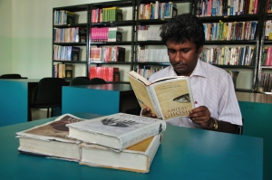 Reading Calcutta Chromosome at ISB&M, Kolkata library