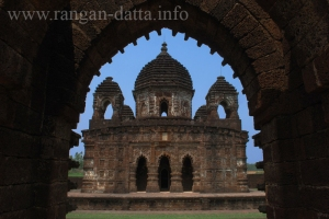 Gokuleswar Temple through the arch of Natmandir, Gokulnagar