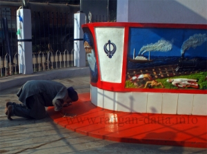 An elderly Sikh pays tribute at the Komagat Maru Memorial