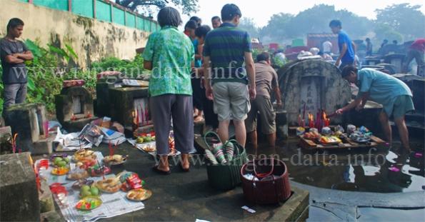 Chinese Hungry Ghost Festival, Choong Ye Thong Cemetery, Tangra (New Chinatown), Calcutta (Kolkata)