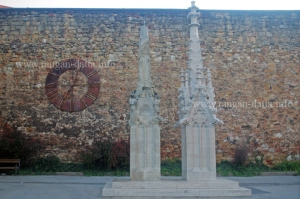 Old Cathedral Clock (showing 7:03 am) on the defensive wall and the two stone elements, eroded (left) and new (right)