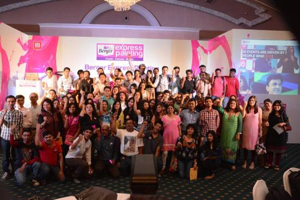 The Group Photo, Ball Room, Oberoi Grand, Kolkata, Berger Express Painting IndiBlogger Meet, Kolkata (Photo courtesy: IndiBlogger)