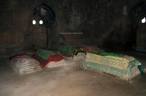 Graves inside Roja ki Makbar