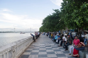 People enjoying the Hooghly river front in Howrah