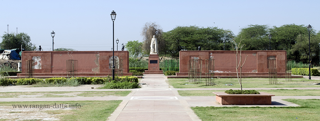 A viceroy statue hedged by commemorative wall, Coronation Park, Delhi