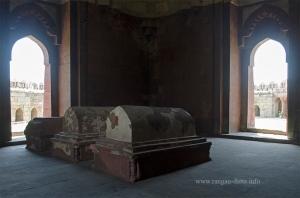 Graves inside Ghiyas ud - Din Tughluq's Tomb