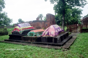 Graves in the Sayed Jamaluddin's Mosque compound