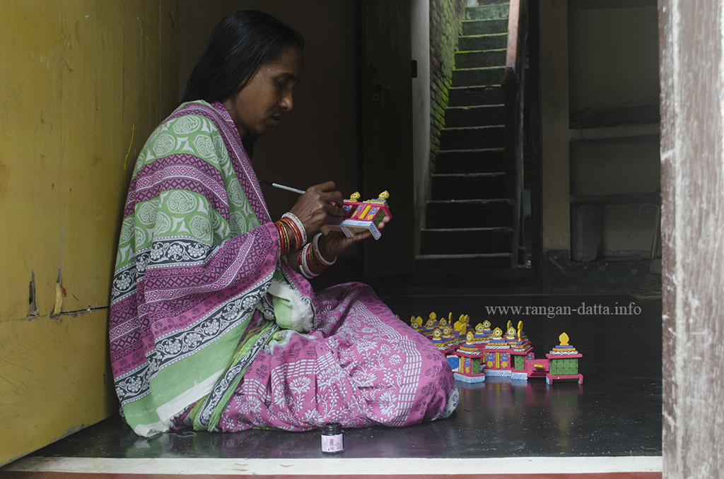A women artist at work in Raghurajpur