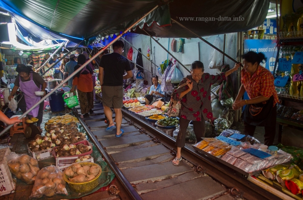 Maeklong Rail Market 3