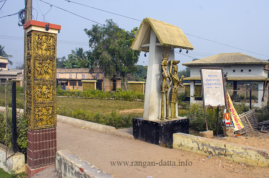 Gate of the Dokra Crafts Centre, Dariyapur