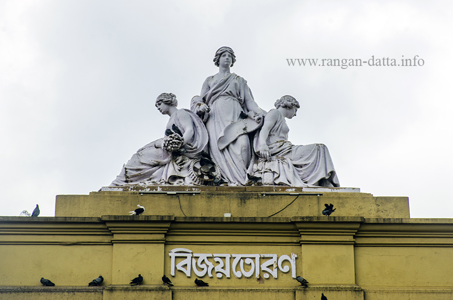 Female figurines atop Curzon Gate